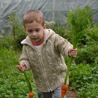 Gabriel au jardin 2